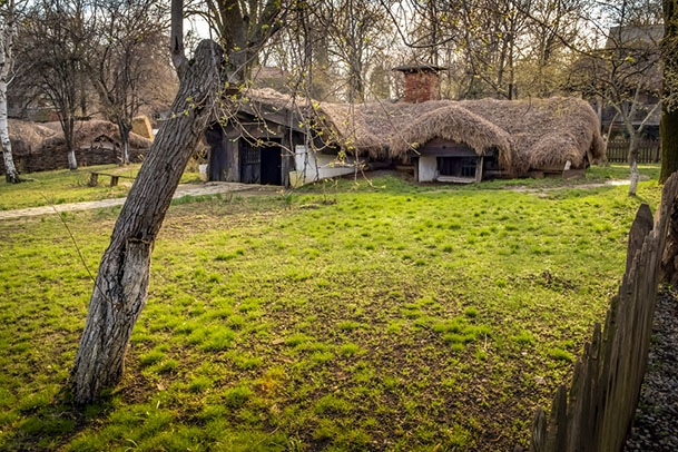 Bordeiul, casa romaneasca ecologica, perfect integrat in natura